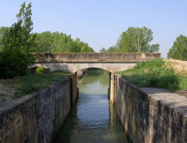 Puente y esclusa del Canal de Castilla